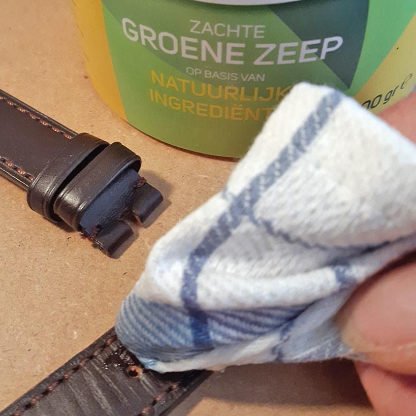 Foto schoonmaken leren horlogeband