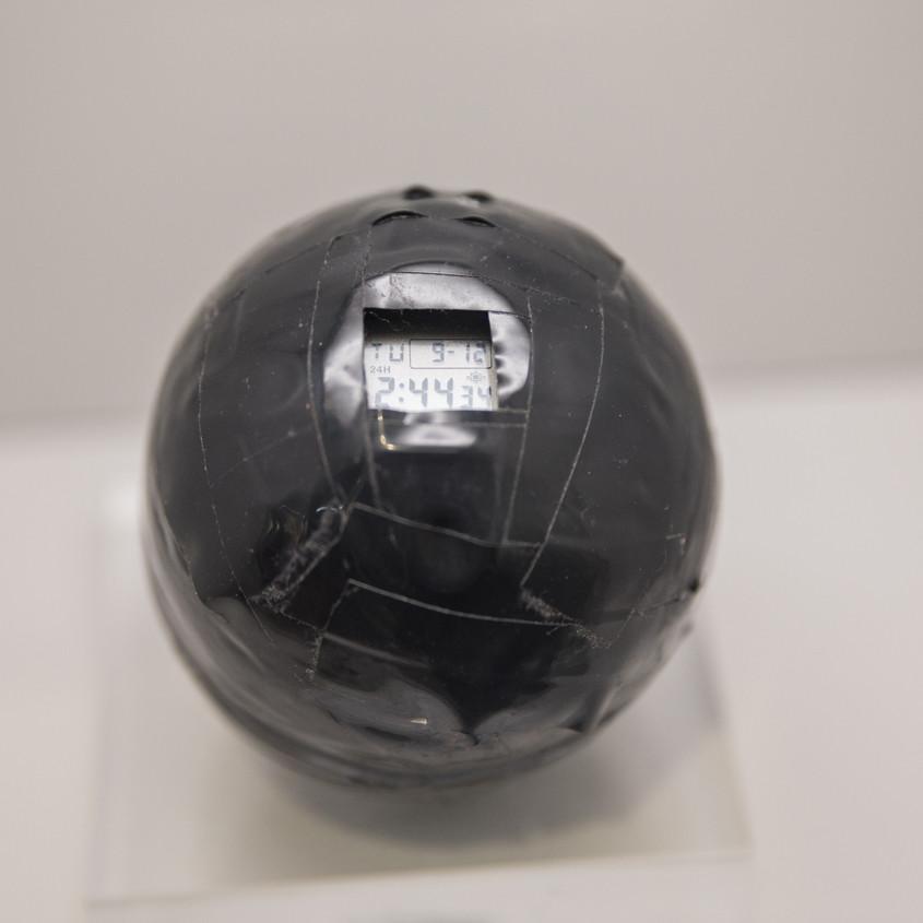 Afbeelding van een test waarbij een horloge in een bal geplaatst is