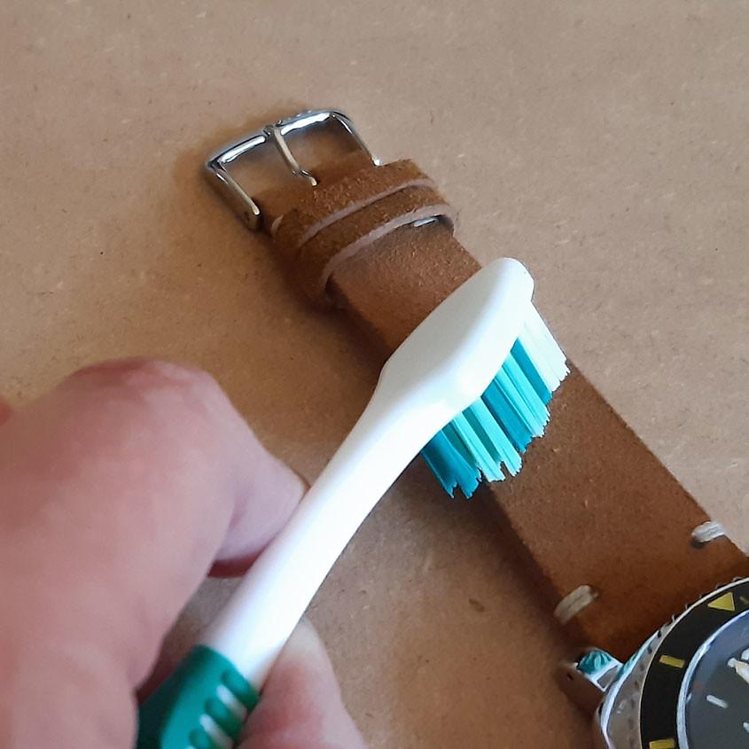 Foto Schoonmaken suède horlogeband