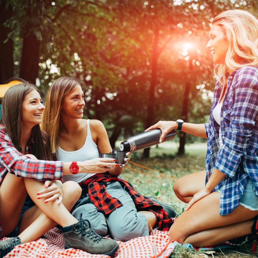 Foto van picknickende dames met een Ice-Solar horloge