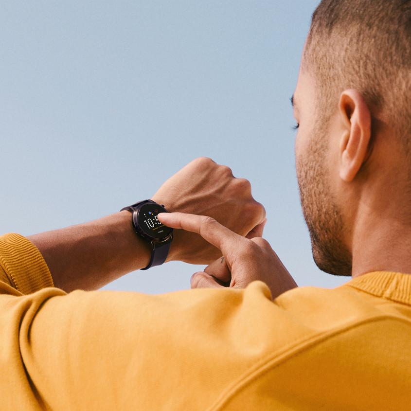 Foto van een man die een Fossil smartwatch gebruikt