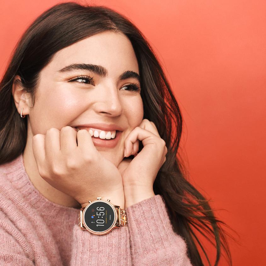 Meisje met Fossil smartwatch